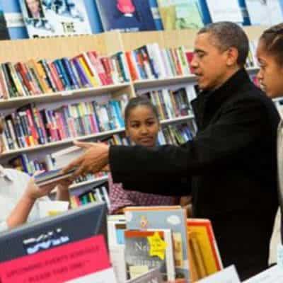 køb den gode bog Barack Obama læser i gave til mænd