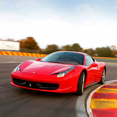 giv den fede Ferrari kørsel på bane oplevelse til mænd
