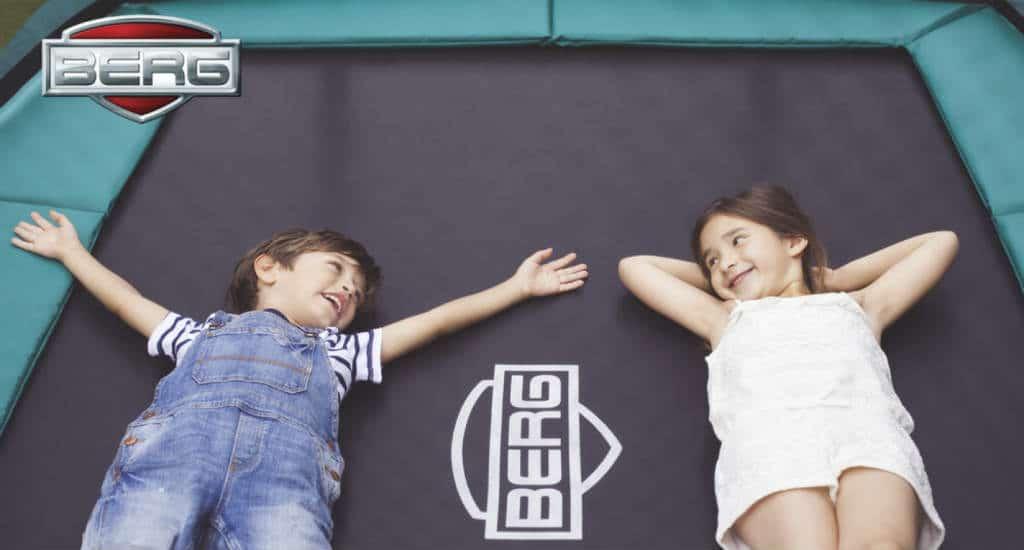 Brug en firkantet trampolin til flere samtidige børn